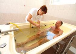 Лечебно-оздоровительный термальный курорт Хайдусобосло (Hajduszoboszlo) - Исцеление от ревматизма. Подводный массаж в ванной с лечебной водой.