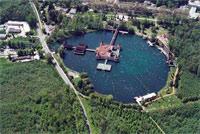 Озеро Хевиз (Heviz) имеет форму воронки, глубина которой достигает 2 м. В летние месяцы температура воды составляет +33 +34°С, а в самые холодные зимние месяцы не опускается ниже +26°С.