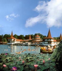 Самый известный курорт Венгрии - термальное озеро Хевиз.