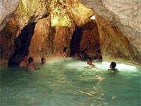 Мишкольц-Тапольца. Термальный комплекс, находящийся внутри естественной пещеры. Плавают здесь по подземным каналам среди настоящих сталактитов. Также на территории комплекса есть открытый бассейн, сауны, бани и бассейны с лечебной водой, температура которой достигает 35 градусов.